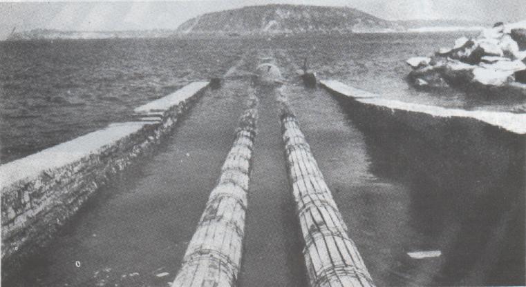 La posa in opera dei tubi accanto al Ponte Aragonese